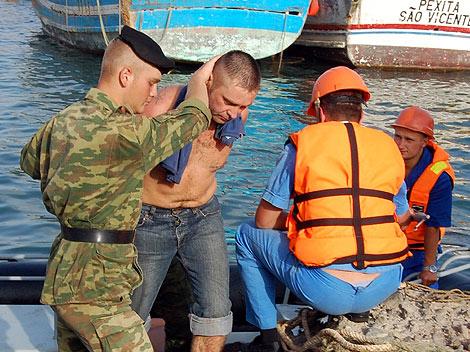 Uno de los piratas detenidos por el secuestro del barco. | Efe