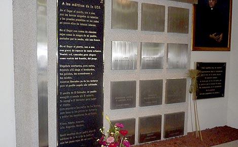 Tumbas de los jesuitas, en la capilla de la UCA. | L. Leonardo