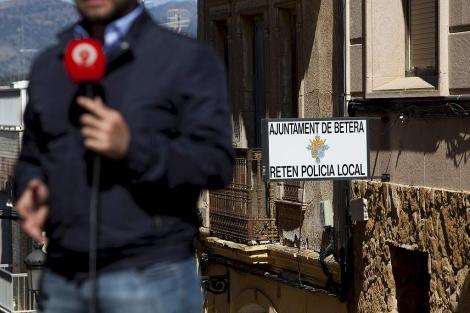 Un periodista frente al retén de la Policía Local de Bétera | Efe