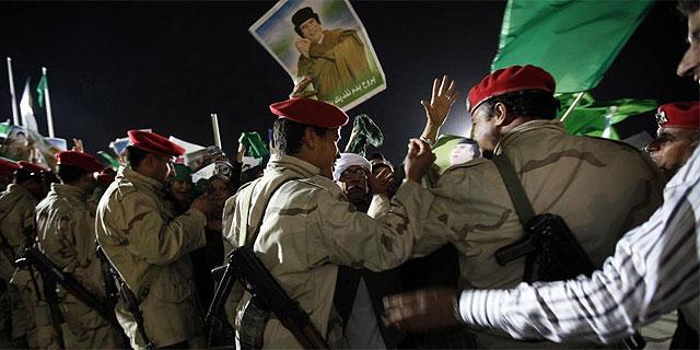 Partidarios de Gadafi, en Trípoli, en la noche de este sábado. (AFP)