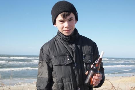 Daniil Korotkikh y la botella que recuperó. | AP