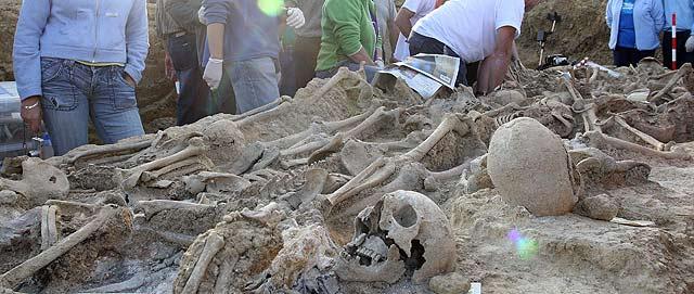 Exhumación de cadáveres en una fosa de la Guerra Civil en Santoyo (Palencia). | Manuel Brágimo