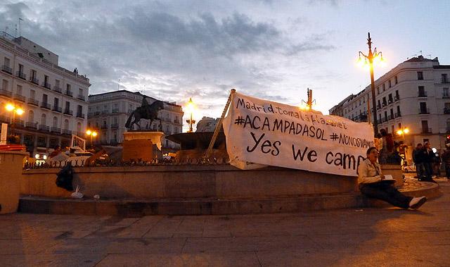 Pancarta que preside la Puerta del Sol. | Q. L.