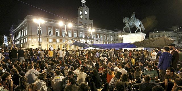 Los manifestantes de la Puerta del Sol se preparan para pasar la noche en la plaza. | Efe VEA MÁS IMÁGENES