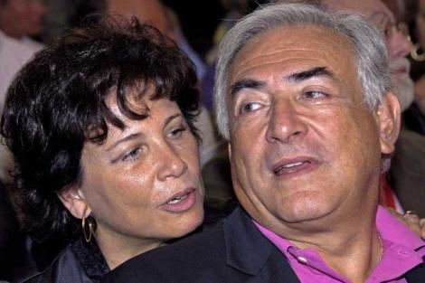 Strauss-Kahn, en una foto de archivo junto a su esposa, Sinclair. | Efe