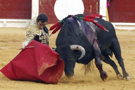 'El Fandi' en su faena con la muleta en la feria de Hogueras de Alicante. | Efe
