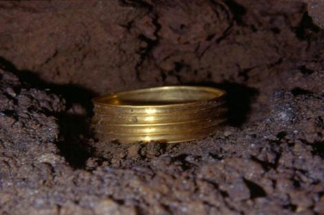 Brazalete de hace 3.500 años encontrado en la Cueva de Silo. GE Edelweiss
