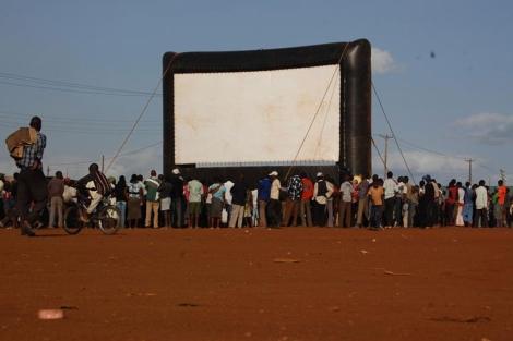 Gran pantalla para proyectar en el poblado de Kiberia. | Hot Sun Foundation