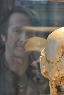 Michael F. Hammer con un fósil de un homínido. | Universidad de Arizona.