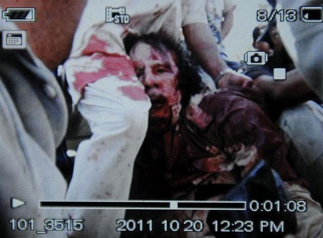 Muamar Gadafi, tras su captura en Sirte, en una imagen tomada con un teléfono móvil | AFP
