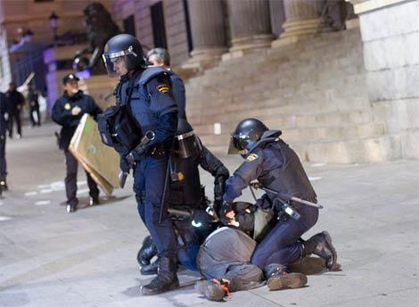 La Policía detiene a uno de los manifestantes. (José Luis Cuesta)