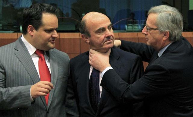 Juncker bromea con Luis de Guindos este lunes en el Eurogruopo.   Reuters