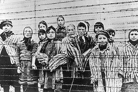 Niños en el campo de concentración de Oswiencim.