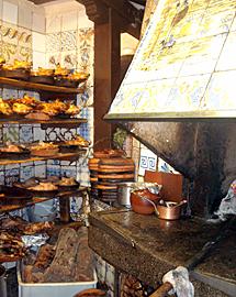 Cocina tradicional donde se preparan los cochinillos