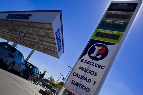 Gasolinera 'libre' en un hipermercado de Madrid.   Gonzalo Arroyo.