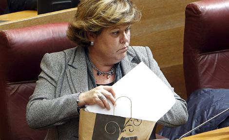 Milagrosa Martínez saca los apuntes de Francés de una bolsa en su escaño. | José Cuéllar