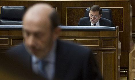 Rubalcaba, en primer término, y Rajoy, en segundo, en el Congreso el pasado diciembre. | Gonzalo Arroyo