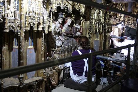Detalle de los trabajos que se realizan en retablo. | Conchitina