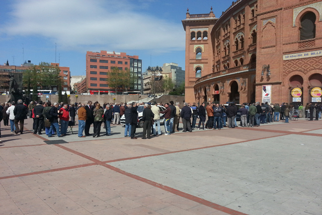 La salida a la venta de más abonos ha provocado largas colas ante la plaza madrileña. | V.Zabala