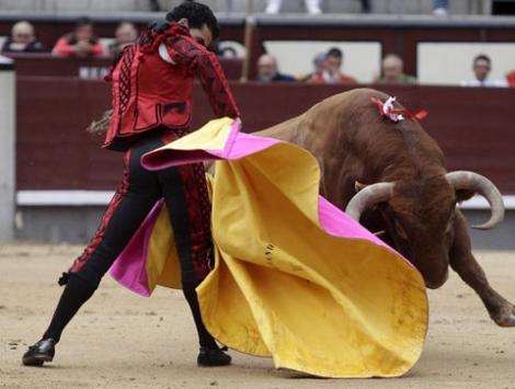 'Morenito de Córdoba' en el segundo toro. | Antonio Heredia