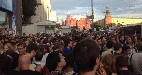 Cientos de rusos se manifiestan en las inmediaciones del Kremlin en señal de protesta.| X.C.