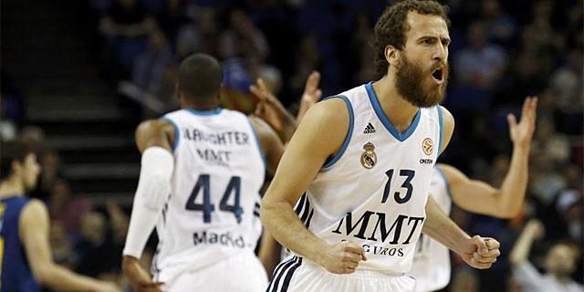 Sergi Rodríguez celebra una acción del juego, en un momento del partido. (AFP)