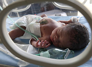 Un recién nacido en una incubadora. (Foto: Joe Shalmoni | Reuters)