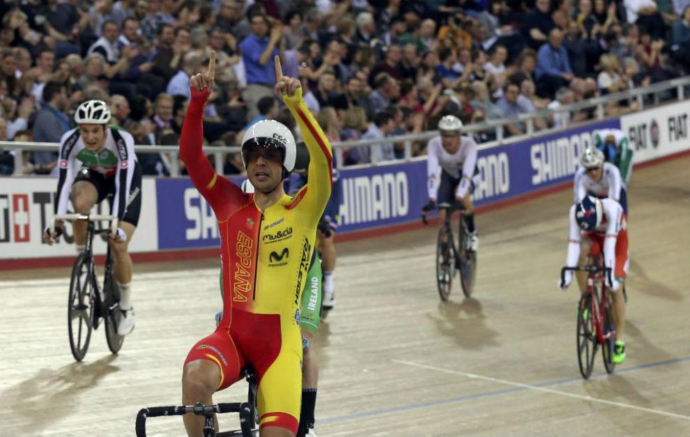 Sebastián Mora, celebra su victoria en Londres.