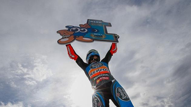 Alex Márquez levanta un cartel con el 1 en Cheste / MOTOGP.COM