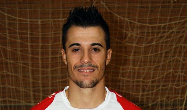 Juampi (23) posa con la camiseta de ElPozo Murcia. Foto: www.elpozomurcia.com