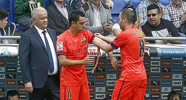 Iniesta cede el brazalete de capitán a Xavi / Francesc Adelantado