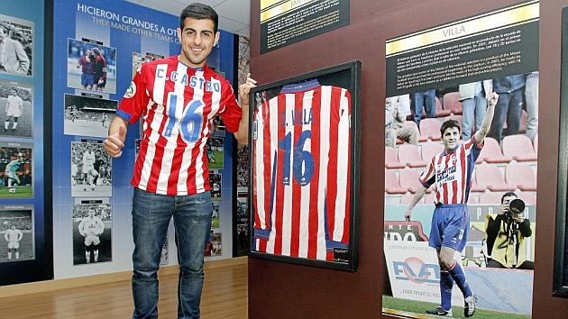 Carlos Castro posa junto a la camiseta de David Villa. Foto: Tuero-Arias