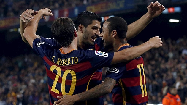 Luis Suárez celebra junto a Neymar y Sergi Roberto uno de los tantos anotados ante el Rayo