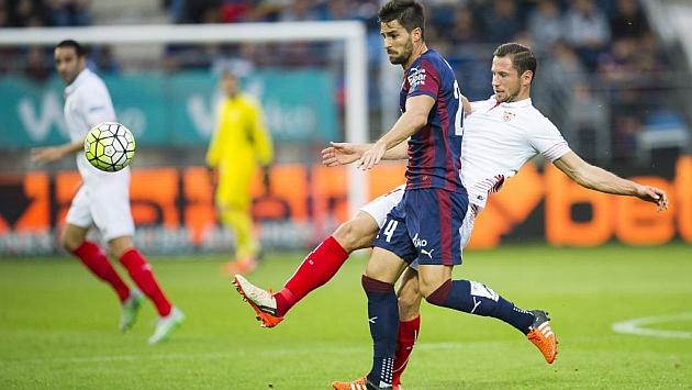 Adrián pugna con Krychowiak en el último Eibar-Sevilla