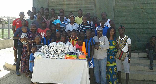 Miembros de la escuela FC Solar con parte del material enviado por Pape Cheikh