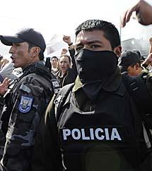 Varios policías protestan en Quito. | Reuters