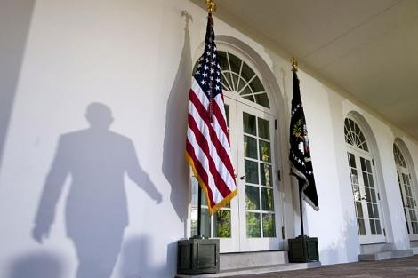 Sombra del presidente Obama al pasar por el jardín de la Casa Blanca.   AP