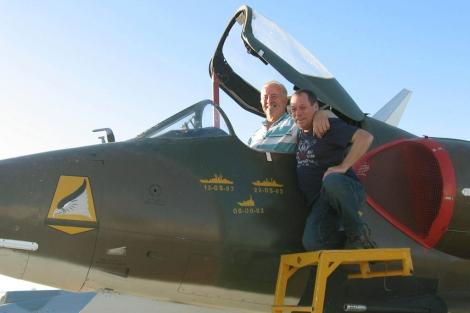 El piloto británico y el argentino, durante su reencuentro. | Efe