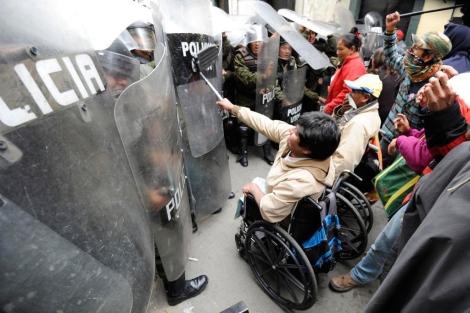 Manifestantes en sillas de ruedas se enfrentan a la Policía. | Afp
