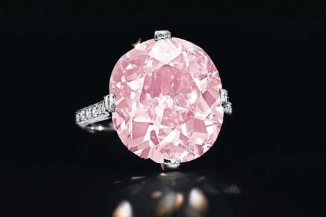El anillo con el diamante rosa incrustado. | Efe