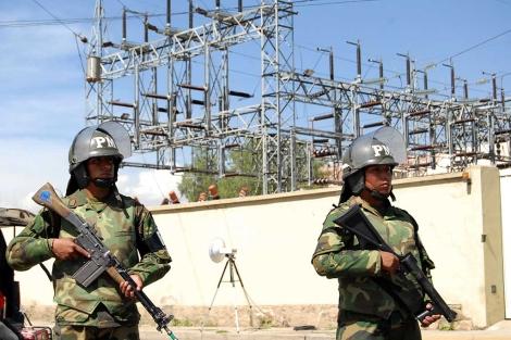 Los militares bolivianos custodian las instalaciones de la filial de Red Eléctrica.   Afp