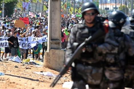 La policía se enfrenta a manifestantes en el estadio Castelao en Fortaleza. | Efe [MÁS IMÁGENES]