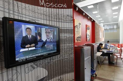 Una pantalla en el aeropuerto de Moscú transmite información sobre el 'caso Snowden'. | Reuters