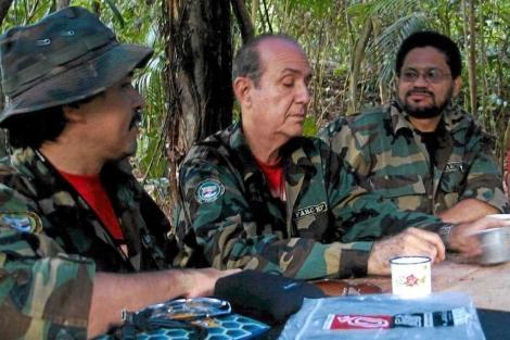 Miembros de las FARC. A la derecha, Iván Márquez, que dialoga con el Gobierno.| Efe