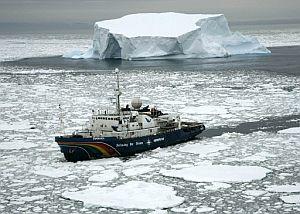 El barco 'Esperanza' de Greenpeace surca las aguas heladas de la Antártida. (Foto: AP)