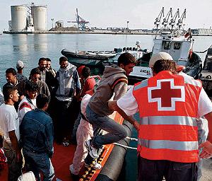Un cayuco con inmigrantes, recién llegado a las costas españolas. (Foto: Jesús Domínguez)