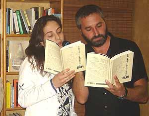 Cristina Garc�a y Ginés S. Cutillas, dos de los escritores antologados, leen un cuento dialogado durante la presentación del libro.