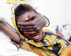 Una mujer sujeta la cabeza de una niña de seis años en el momento de sufrir esta práctica. (Foto: AP)
