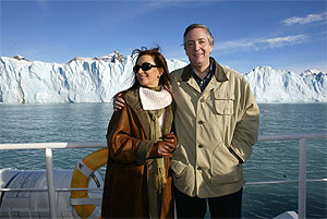 Néstor Kirchner y Cristina Fernández de Kirchner posan frente al glaciar Perito Moreno en Calafate. (Foto: AFP)