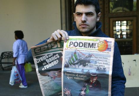 Enric Duran, junto a la revista que publicó en septiembre y la nueva. | Domènec Umbert